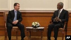 Tổng thống Nga Dmitry Medvedev (trái) hội đàm với đặc sứ Liên Hiệp Quốc Kofi Annan ở Moscow, 25/3/2012