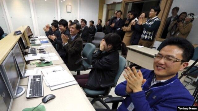 31일 나로호와 교신에 성공힌 후 환호하는 한국 카이스트 인공위성센터 관계자들.