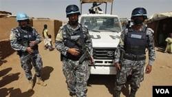 Pasukan gabungan Uni Afrika dan PBB di Darfur (UNAMID) melakukan patroli di kamp pengungsi (foto: dok.).