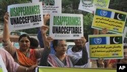 انسانی حقوق کمیشن کے مطابق یہ امر بھی شدید تشویش کا باعث ہے کہ بہت سے متاثرین اداروں یا جبری گمشدگیوں میں ملوث افراد کی انتقامی کارروائی کے خوف کے باعث کسی کی مدد حاصل کرنے سے ڈرتے ہیں۔ (فائل فوٹو)