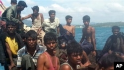 73 người Rohingya, gồm phụ nữ và trẻ em, được phát hiện trôi dạt trên một chiếc thuyền nhỏ, quá tải, ở ngoài khơi Phuket, ngày 1/1/2013.