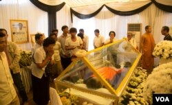 FILE - Cambodians pay respect to a slain political analyst Kem Ley at Wat Chas pagoda in Phnom Penh, July 19, 2016. (Leng Len/VOA Khmer)
