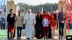天主教教宗方济各在波兰第二大城市克拉科夫附近同青年在一起(2016年7月30日)