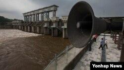 북한 황강댐이 방류한 6일 한국 경기도 연천군 군남홍수조절지에서 한국수자원공사의 대피경고 방송 시설이 보이고 있다.