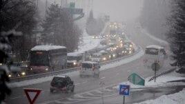 Bora bllokon mijëra njerëz në alpet franceze