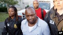 """Gembong narkoba Jamaika, Christopher """"Dudus"""" Coke, setibanya di White Plains, New York (Foto: dok). Coke dikenai hukuman maksimum 23 tahun penjara atas penyelundupan senjata api dan obat-obatan terlarang."""