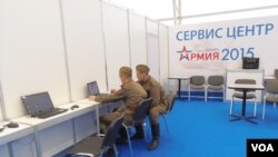 2015年莫斯科武器防務展中,工作人員操縱相關電腦監控設備。(美國之音白樺)