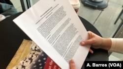 Архив: рекрут держит в руках информацию о программе MAVNI