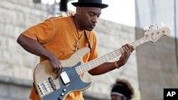 Marcus Miller joue à la guitare basse lors du festival JVC Jazz à Newport, R.I., 11 août 2007.