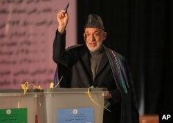 阿富汗总统卡尔扎伊4月5日参加投票