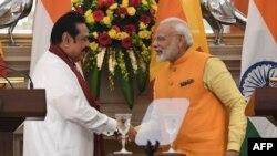بھارتی وزیر اعظم نریندر مودی سری لنکا کے وزیر اعظم مہندرا راجا پکسا کے ساتھ (فوٹو پرکاش سنگھ، اے ایف پی)