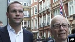 默多克(右)与他的儿子詹姆斯.默多克7月10日在伦敦
