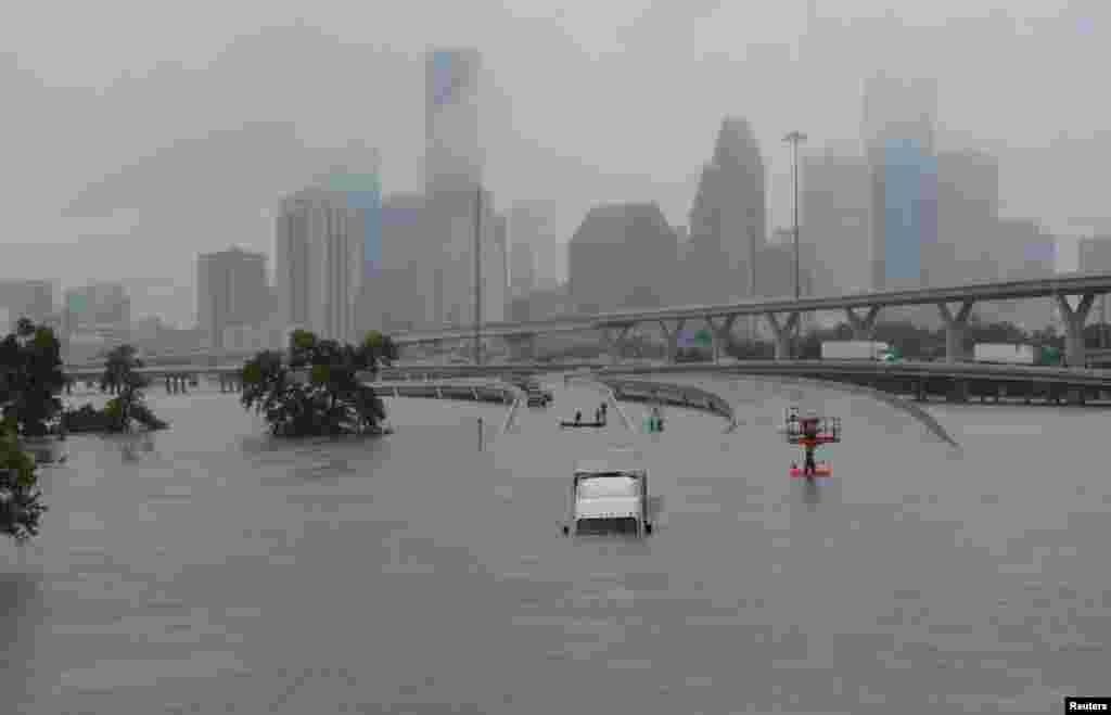"""Ливни, вызванные тропическим штормом """"Харви"""", затопили федеральную автотрассу 45в Хьюстоне, штат Техас, 27 августа 2017 года."""