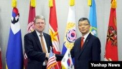 미국의 데이비드 헬비 국방부 동아시아 부차관보(왼쪽)와 류제승 한국 국방부 국방정책실장이 지난 6월 서울에서 '전시작전통제권 전환 관련 제1차 고위급 회의'를 가졌다. (제공: 한국 국방부)