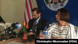 Thomas Perriello, l'envoyé spécial américain pour les Grands Lacs, à gauche, avec l'ambassadeur des Etats-Unis au Burundi, Dawn M. Liberi, à droite, tiennent un point de presse à Bujumbura, Burundi, 19 avril 2016. (VOA/Christophe Nkurunziza)