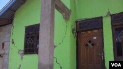 Rumah yang rusak terkena gempa di Sulawesi Tengah. (Foto: VOA/Yoanes Litha)