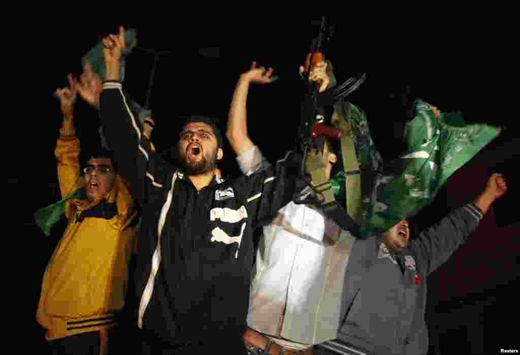 21일 이스라엘과 하마스 간의 휴전 합의가 발표된 후, 승리했다고 외치며 자축하는 가자지구의 팔레스타인인들.