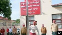 មេដឹកនាំមីយ៉ាន់ម៉ាអ្នកស្រី Aung San Suu Kyi បង្ហូតទង់ជាតិរបស់គណបក្សសម្ព័ន្ធជាតិសម្រាប់ប្រជាធិបតេយ្យ ក្នុងពិធីមួយដែលជាថ្ងៃទីមួយនៃការធ្វើយុទ្ធនាការបោះឆ្នោតនៅឯទីស្នាក់ការបណ្ដោះអាសន្នរបស់គណបក្សនៅទីក្រុងណៃពិដោ ថ្ងៃទី ៨ ខែកញ្ញា ឆ្នាំ២០២០។
