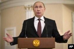 ປະທານາທີິບໍດີ ຣັດເຊຍ ທ່ານ Vladimir Putin ສະແດງທ່າທີ ຂະນະທີ່ ກ່າວຖະແຫລງ ຕໍ່ສື່ມວນຊົນ ຫຼັງຈາກການເຈລະຈາສັນຕິພາບ ໃນນະຄອນ Minsk ຂອງເບລາຣຸສ, ເມື່ອວັນພະຫັດ ທີ 12 ກຸມພາ 2015.
