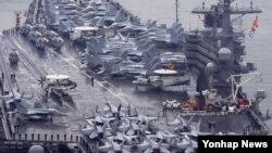 미국의 니미츠급 핵추진 항공모함인 로널드 레이건 호가 16일 해군 부산기지에 입항했다. 이 항모는 지난 10일부터 15일까지 한반도 전 해상에서 실시된 연합훈련인 '2016 불굴의 의지' 훈련을 마치고 입항했다. 축구장 3개 넓이인 1천800㎡의 갑판에 슈퍼호넷(F/A-18) 전투기, 전자전기(EA-6B), 공중조기경보기(E-2C)를 비롯한 각종 항공기 80여 대를 탑재하고 다닌다.