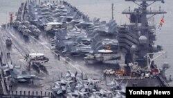 미국의 핵추진 항공모함인 로널드 레이건가 해군 부산기지에 입항하고 있다. (자료사진)