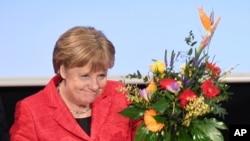 德国总理默克尔在基督教民主联盟的会议上手持鲜花(2017年2月15日)