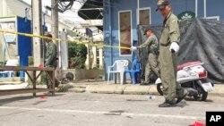 태국 남부 휴양지 후아힌에서 연쇄 폭발로 수십명의 사상자가 발생한 가운데, 12일 경찰이 현장 주변을 조사하고 있다.