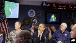 Le président Obama a assisté dimanche à un briefing au Centre de gestion des urgences (FEMA) à Washington.