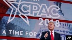 """Prezidan Donald Trump ki te pran lapawòl nan konferans anyèl """"Aksyon Politik Konsèvatè a"""" nan National Harbor (Eta Maryland, tou prè Washington), kote li anonse kèk sanksyon sevètou nèf kont Kore di Nò."""