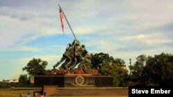 El monumento de Iwo Jima, en tributo a los Infantes de Marina de EE.UU. fue inspirado en en la famosa foto del fotógrafo de la Segunda Guerra Mundial Joe Rosenthal