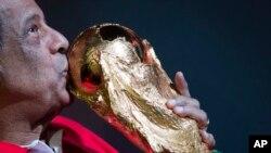 Carlos Alberto Torres, besa el trofeo de la Copa Mundial en el Estadio Maracaná en Río de Janeiro, Brasil. Foto de archivo.
