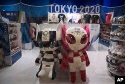 Sebuah jaring diletakkan di sekitar toko merchandise Tokyo 2020 di Bandara Internasional Narit, dekat Tokyo, 2 April 2020. (AP)