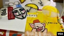 連儂說展覽及聖誕市集設有多個攤位售賣自製產品,支持黃色經濟圈。(美國之音湯惠芸)