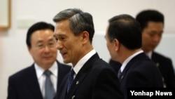한국의 신임 김관진 국가안보실장(가운데)이 2일 청와대에서 열린 수석비서관회의에 앞서 수석비서관들과 인사하고 있다.