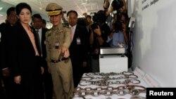 Thủ tướng Thái Lan Yingluck Shinawatra xem các xiềng xích trưng bày tại nhà tù Bang Kwan trong tỉnh Nonthaburi, ngoại ô Bangkok. Thái Lan loan báo ngưng dùng xiềng đối với tù nhân, 15/5/13