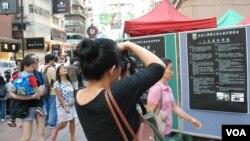 住在成都的大陸遊客王小姐認為,透過香港人持續的努力,對推動中國的民主進程是有幫助
