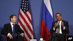 Predsjednik Barack Obama s ruskim predsjednikom Borisom Medvjedevim na summitu G-8 u Deauvilleu 26. svibnja 2011.