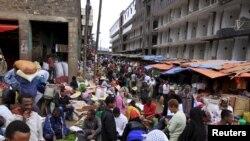 Un marché très fréquenté dans Mercato, Addis-Abeba, Ethiopie, 15 décembre 2015. REUTERS / Tiksa Negeri
