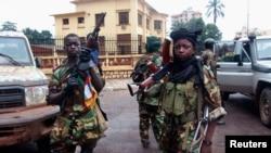 Des rebelles devant le palais présidentiel à Bangui