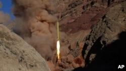 Tư liệu- Một phi đạn đạn đạo được Iran phóng đi trong một cuộc tập trận.