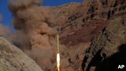 Dalam foto yang diperoleh dari Kantor Berita Fars Iran, rudal permukaan-ke-permukaan diluncurkan oleh Garda Revolusi Iran, dalam sebuah manuver, di sebuah lokasi yang dirahasiakan di Iran, 9 Maret 2016. Iran mengatakan bahwa pihaknya menembakkan rudal serupa ke wilayah timur Suriah. Minggu.