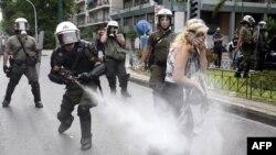 Cảnh sát xịt hơi cay để giải tán biểu tình tại Athens, ngày 29/6/2011