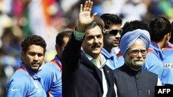 Thủ Tướng Ấn Độ Manmohan Singh và vị tương nhiệm, Thủ Tướng Pakistan Yousuf Raza Gilani, đã chào mừng các đội tuyển nhà trên sân trước trận đấu
