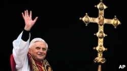 Đức Giáo Hoàng vẫy chào từ ban công của Vương Cung Thánh Đường Thánh Phêrô tại Vatican.