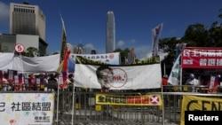 18일 홍콩 입법회 건물 주변에 설치된 시위대 현수막에 렁충잉 홍콩 행정장관의 사진과 함께 행정장관 선거안에 거부하는 표시가 그려져있다.