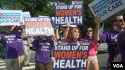 Varias mujeres, partidarias de la reforma sanitaria, se manifiestan a su favor frente a la Corte Suprema.