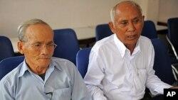 ພວກລອດຊີວິດຈາກຄຸກ Tuol Sleng ທີ່ມີຊື່ສຽງເໜົ່າເໝັນຂອງ ພວກຂະເໝນແດງ ຄືນາຍ Bou Meng (ຊ້າຍ) ແລະນາຍ Chum Mey (ຂວາ), ທີ່ກຸງພະນົມເປນ. ວັນທີ 5 ກັນຍາ 2011ໃ