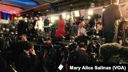 Para wartawan menunggu di Trump Towers di Manhattan, New York (foto: dok).