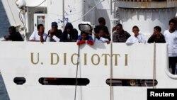 """Des migrants attendent d'être débarqués du navire """"Diciotti"""", à Catania, en Italie, le 21 août 2018."""