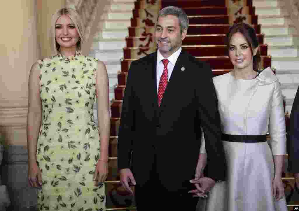 ایوانکا ترامپ (چپ) دختر و مشاور پرزیدنت ترامپ روز جمعه وارد کشور پاراگوئه شد. او طرحی برای افزایش اشتغالزایی زنان را پیش می برد.